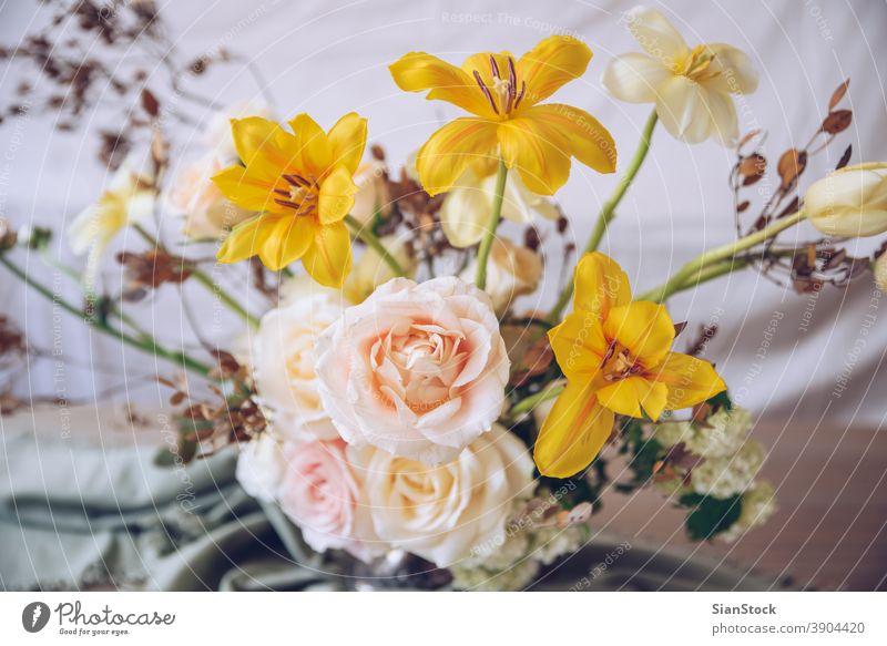 Stilleben mit einem schönen Blumenstrauß Tisch Vase Hochzeit Dekoration & Verzierung weiß abschließen gelb Hintergrund Innenbereich Ordnung Abendessen