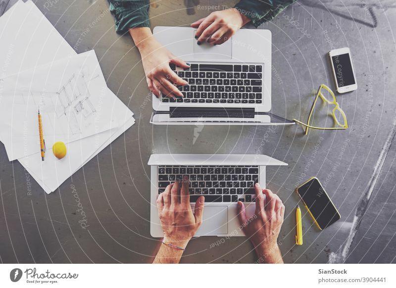 Draufsicht auf Architekten, die am Computer im Büro arbeiten Laptop Business Arbeitsplatz Hände Keyboard Schreibtisch Hand Tisch Technik & Technologie Notebook