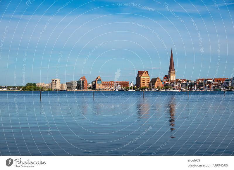 Blick von Gehlsdorf über die Warnow auf die Hansestadt Rostock Fluss Stadthafen Wasser Häuser Gebäude Mecklenburg-Vorpommern Architektur Tourismus Kirche