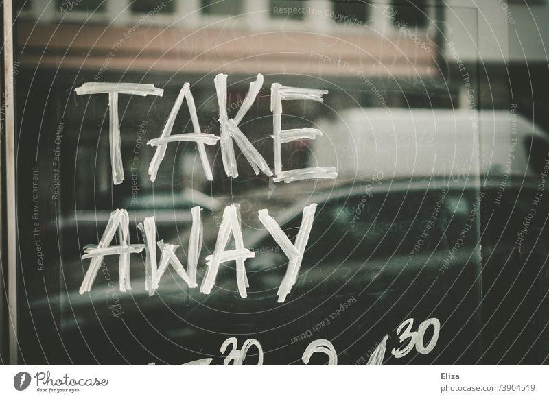 Take Away steht auf einem Schild eines Restaurants, dass wegen des Corona Lockdowns geschlossen ist Außer Haus zum mitnehmen Gastronomie to go geschrieben
