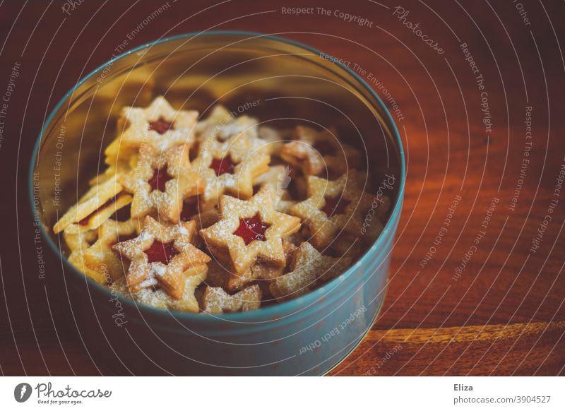 Eine Keksdose voller weihnachtlicher Spitzbuben Plätzchen naschen Weihnachten Weihnachtsplätzchen Weihnachtsnascherei Weihnachten & Advent Backwaren süß