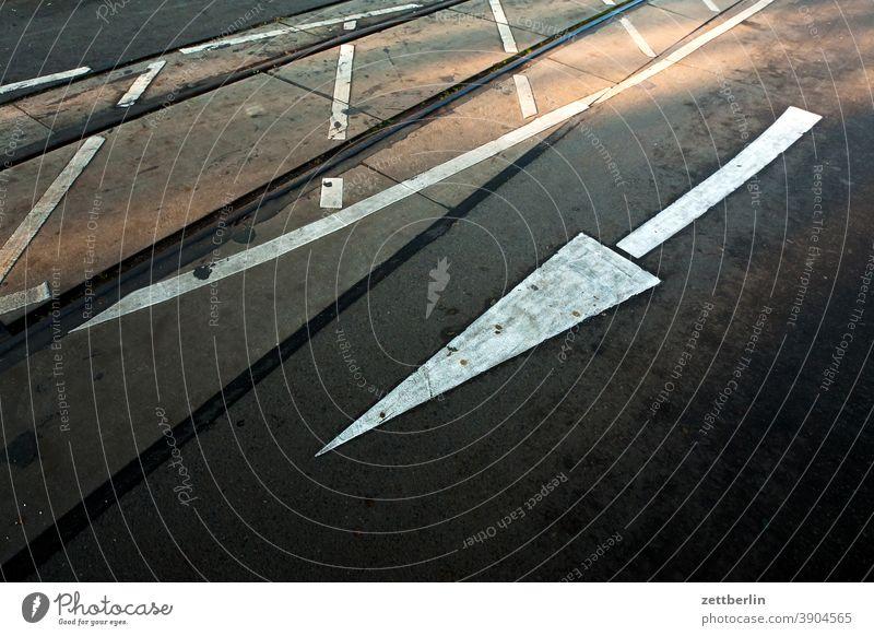 Fahrbahnmarkierung, Pfeil, Gegenverkehr abbiegen asphalt ecke fahrbahnmarkierung fahrrad fahrradweg hinweis kante kurve linie links navi navigation orientierung