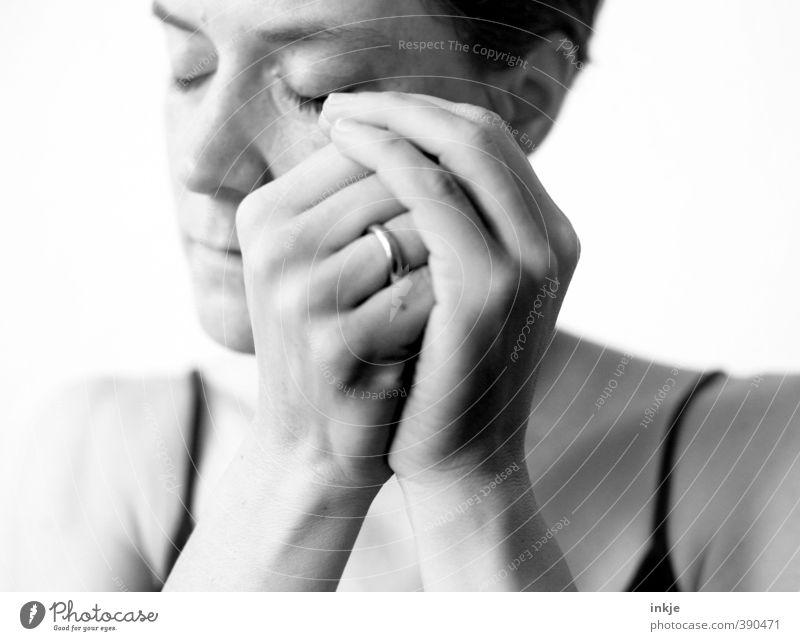 mein kleiner Schatz schön Wellness harmonisch Wohlgefühl Zufriedenheit Sinnesorgane Erholung ruhig Frau Erwachsene Leben Gesicht Hand 1 Mensch 30-45 Jahre Ring
