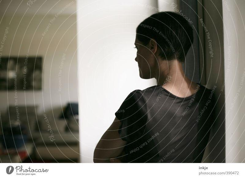 wie wir uns ausmalen, was wir längst wissen Lifestyle Stil Häusliches Leben Wohnung Raum Wohnzimmer Frau Erwachsene Gesicht Oberkörper Frauenoberkörper 1 Mensch