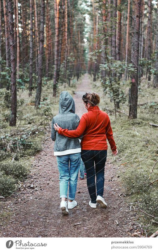 Mutter und ihre kleine Tochter spazieren in den Sommerferien im Wald aktiv Aktivität Ausflugsziel genießen Erkundung Frau grün Wanderung Lifestyle Natur