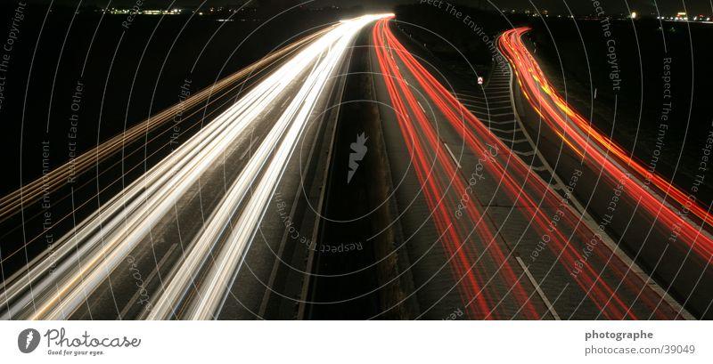 A57 bei Nacht Autobahn Langzeitbelichtung rot weiß Streifen Fahrbahn Angelköder orange
