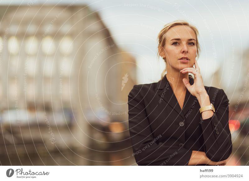 die junge Frau blickt selbstbewusst in die Kamera Junge Frau Karriere Erfolg lächelnde Frau Lifestyle Mode elegant Frauengesicht Blick in die Kamera feminin