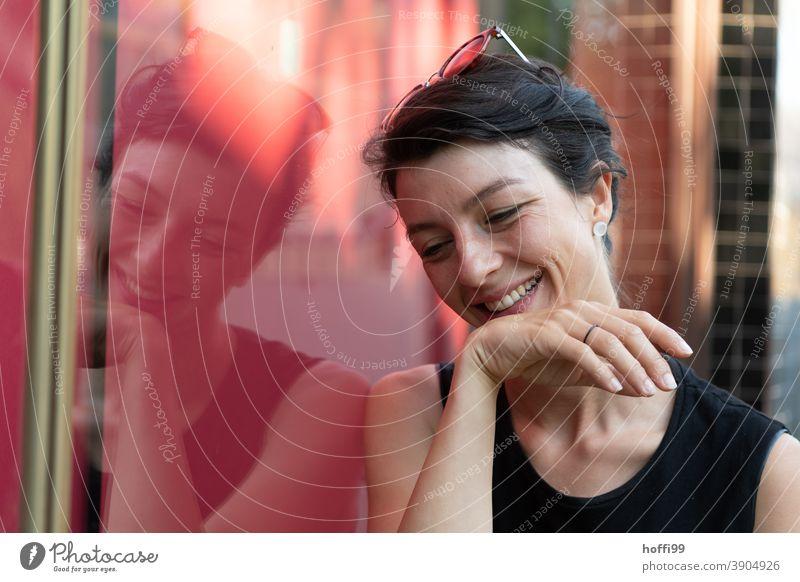 die junge Frau wendet den Blick lächelnd und voller Vergnügungen ab Junge Frau Frauenaugen Frauengesicht 18-30 Jahre feminin Jugendliche Erwachsene Mensch