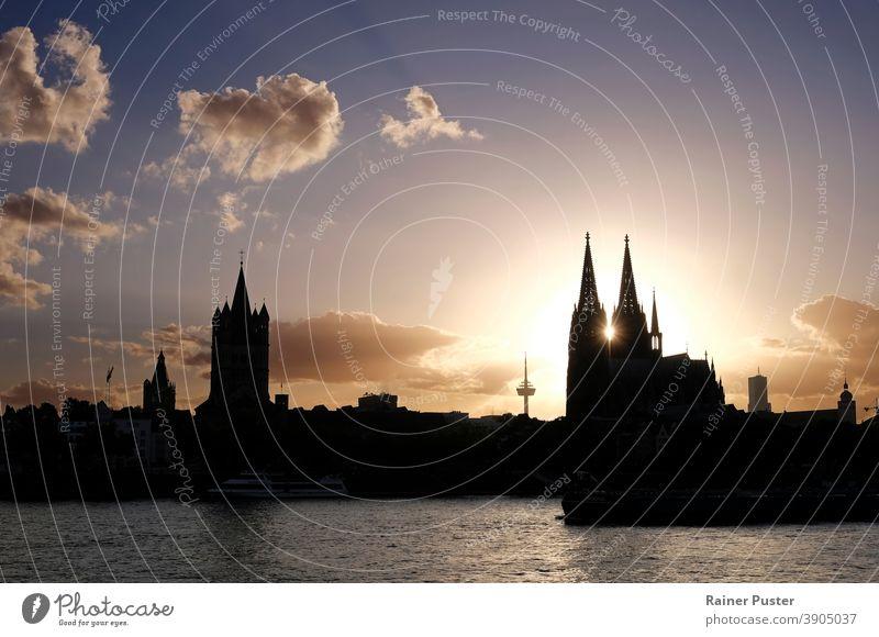 Sonnenuntergang im Zentrum des Kölner Doms in Köln, Deutschland köln Kathedrale Architektur Wahrzeichen Europa Großstadt reisen Stadtbild Turm Fluss berühmt