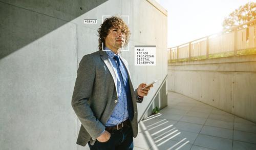 Gesichtserkennung und biometrische Analyse eines jungen Mannes Künstliche Intelligenz persönliche Informationen id ineinander greifen Straße Privatsphäre