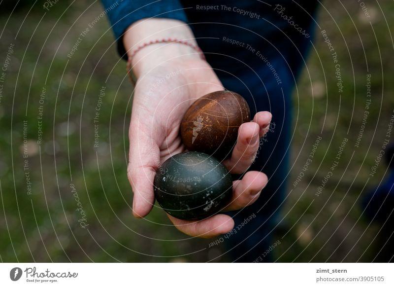 Mit Pflanzen gefärbte Eier Ostern Eier färben plantbased waldorf Pflanzenfarbe natural dying Osterei Ostereiersuche gekochte Eier bunte Eier