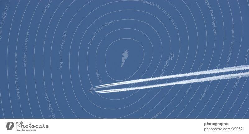 Hoch soll er fliegen blau Einsamkeit Luft Flugzeug Luftverkehr Streifen