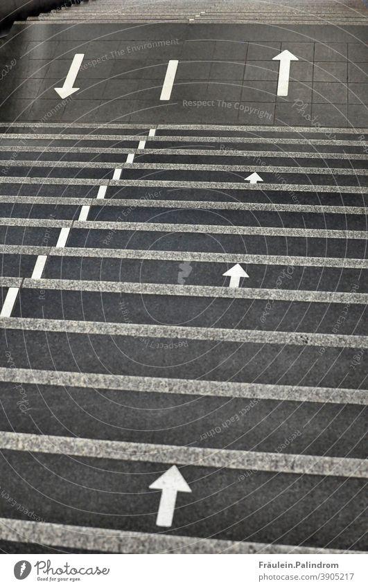 Pfeile zeigen die Richtung auf einer Teppe im Pandemiealltag Wege & Pfade Abstand Treppe pandemie Virus Corona urban grau Straße Covid Homeoffice Orientierung