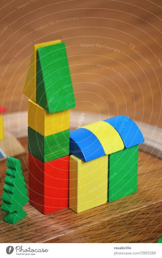 bunte Holzbausteine als kleine Kirche   Farbkombination Spiel Spielzeug bauen Kinder Kinderspielzeug Bausteine lackiert aufbauen stapeln spielen spielerisch