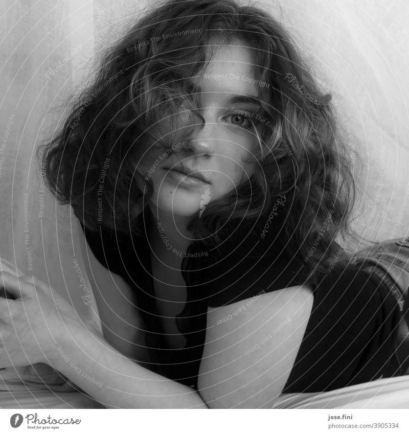 Portrait einer jungen Frau, liegend, mit Blick in die Kamera, in schwarz-weiß II. träumen Bett ästhetisch Selbstvertrauen natürlich authentisch frisch schön