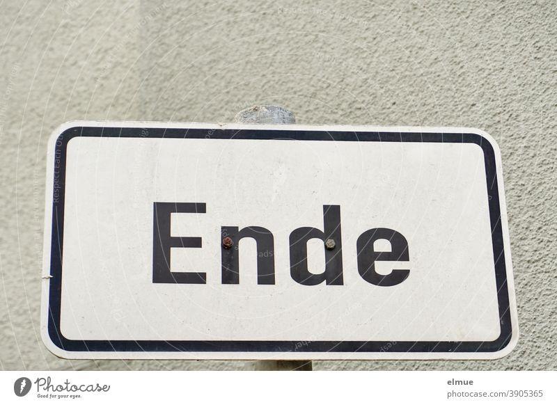 """auf dem weißen, eingerahmten Metallschild steht """"Ende"""" in schwarzen Druckbuchstaben / Schluss Schild Ziel fertig Mitteilung Anfang vom Ende Auftakt"""
