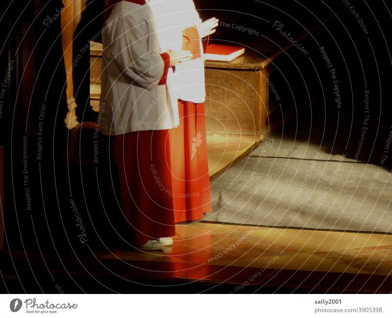Gottesdienst... Kirche Ministrant beten feiern Jugendliche Messdiener Talar Robe Messgewand Katholizismus katholisch Christentum Religion & Glaube Gebet