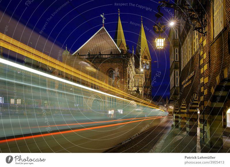 Verkehr in Bremen bremen rathaus verkehr straßenbahn bewegung beleuchtet nachtaufnahme backsteingotik sightseeing lichtspur langzeitbelichtung urlaub reisen