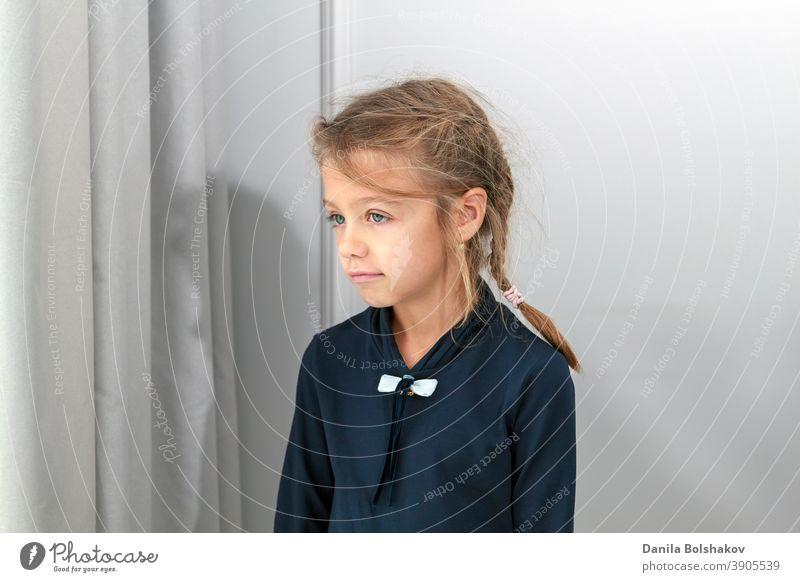 kleines Mädchen schaut durch hell erleuchtetes Fenster hinter Vorhang in die Ferne allein Schönheit gelangweilt Windstille lässig Kaukasier Kind Kindheit