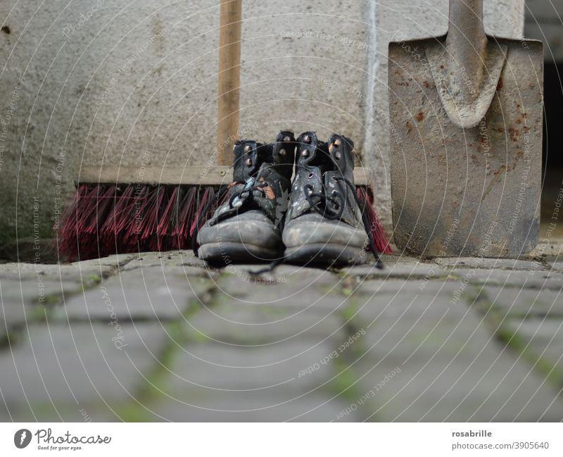 die Kehrwoche ist sehr wichtig in manchen | Nachbarschaften Straßenbesen Besen Schaufel Schuhe Arbeitsschuhe Baustelle Straßenkehrer arbeiten sauber machen