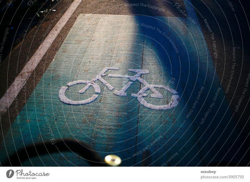 Fahrradwegweiser auf der Straße reisen Zyklus Fahrradfahren Reisende Menschen Fahrspur Sicherheit Verkehr Wegweiser Muster Schwarze Farbe Bild Trennlinie Regie
