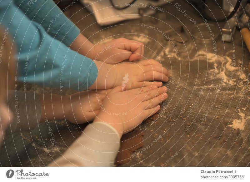 Kinder backen zusammen Plätzchen Familie gemeinsam küche zuhause kneten kochen Kinderhand kecks keckse ausstechen Plätzchenteig Weihnachten & Advent lecker