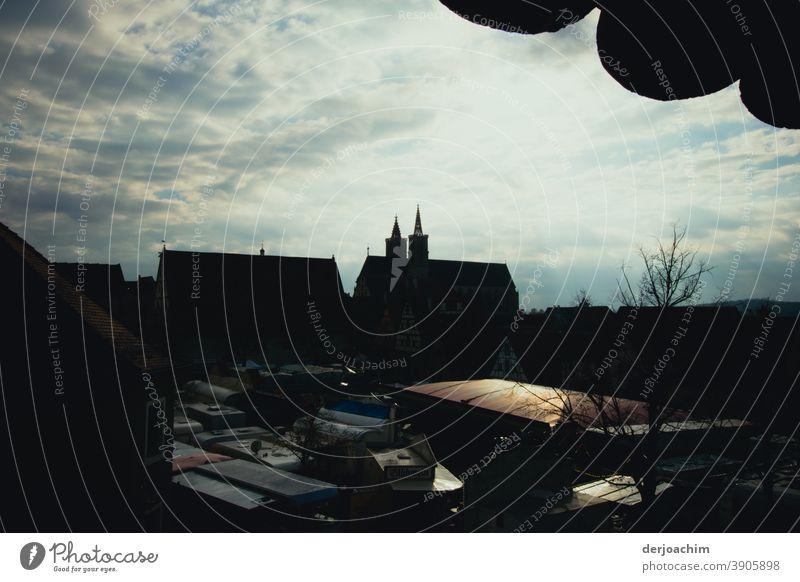Blick von der Stadtmauer nach Rothenburg  ob der Tauber, im Gegenlicht.  Architektur der Kirche sowie Häuser . Himmel Haus Fenster Menschenleer Fassade Farbfoto