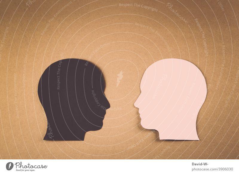 Rassismus / verschiedene Hautfarben / zwei Menschen unterschiedlicher Herkunft gegenübergestellt vergleich Solidarität Menschenrechte Collage Hass Liebe