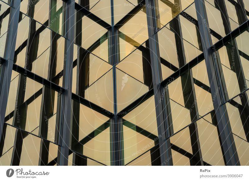 Abstrakte Spiegelungen in der Fassade eines Bürogebäudes. Hochhaus Bürokomplex Reflektion Wirtschaft Immobilien Technik Architektur Stimmung Himmel