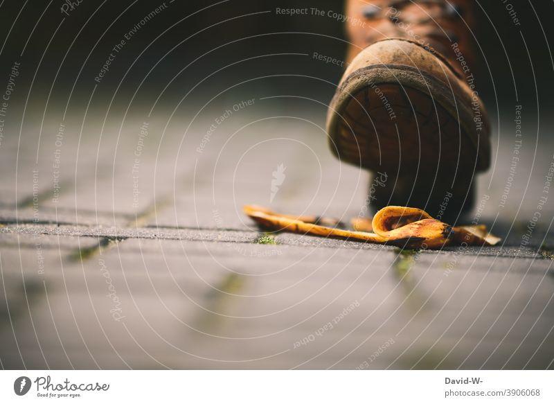 Pech - auf einer Bananenschale ausrutschen Schuh Fuß Pechtag Pechvogel Unfallgefahr Versicherung unfallversicherung Straße liegen