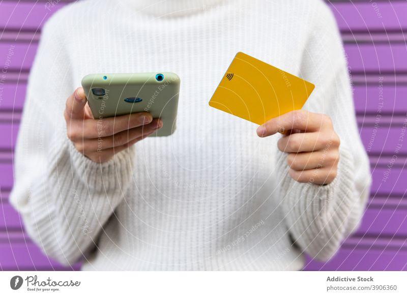 Crop-Frau beim Online-Bezahlen mit dem Smartphone online Zahlung Plastikkarte Drahtlos bezahlen Kauf Orden e-Commerce Käufer Gerät Internet Geld Kunde Apparatur