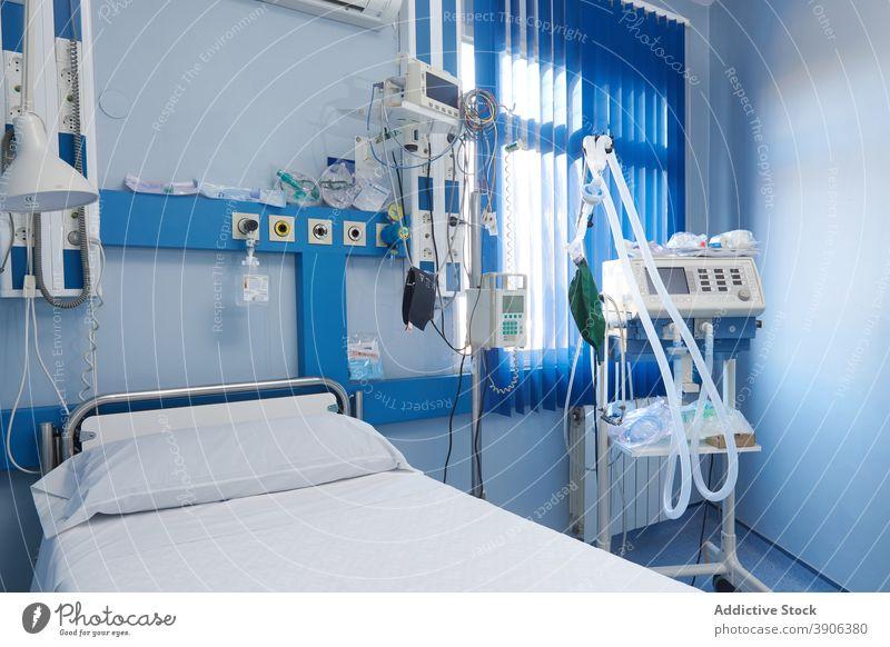 Krankenhausstation mit moderner Ausstattung Station Gerät Bett elektronisch Vorrat Medizin medizinisch Innenbereich leer Raum Klinik Zeitgenosse