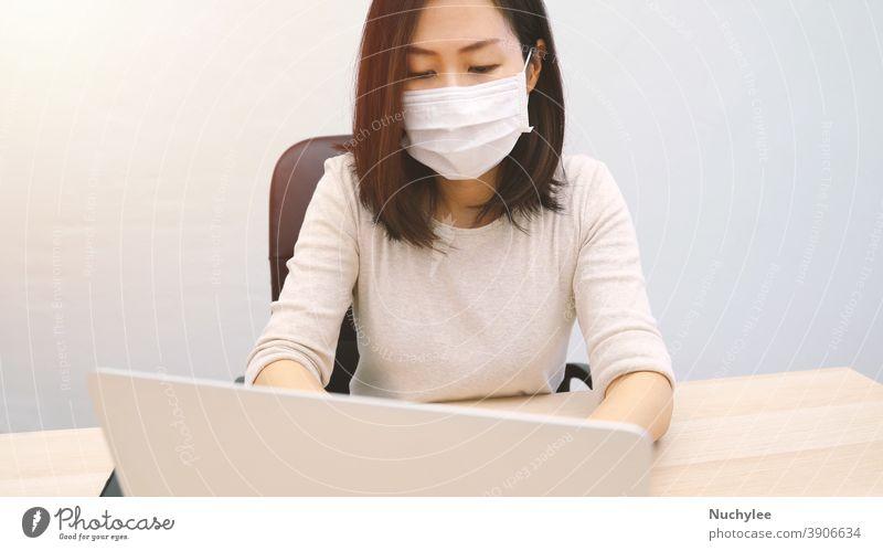 Junge Asiatin mit Hygienemaske und Computer-Laptop im Heimbüro, Prävention der Pandemie von Covid-19 und Coronavirus, Heimarbeit und Selbstquarantänekonzept