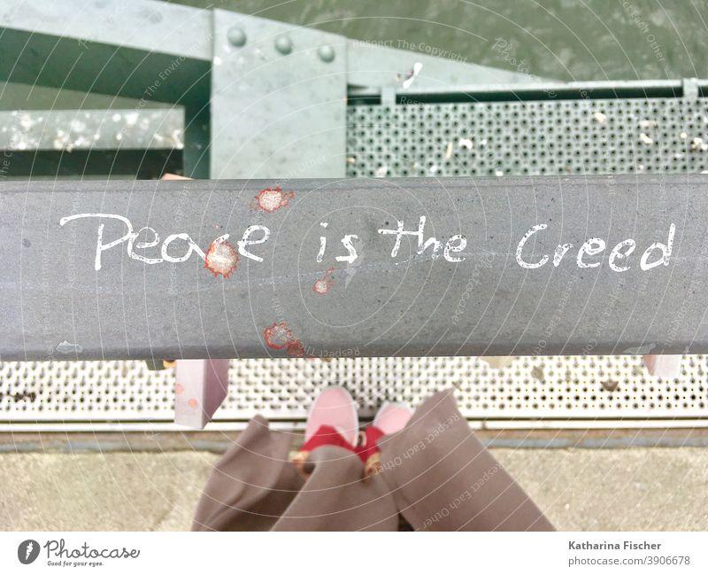 Frieden ist das Glaubensbekenntnis Brücke Außenaufnahme Tag Vogelperspektive Schriftzeichen Graffiti Stadt Zeichen Geländer Frankfurt am Main Architektur Fluss