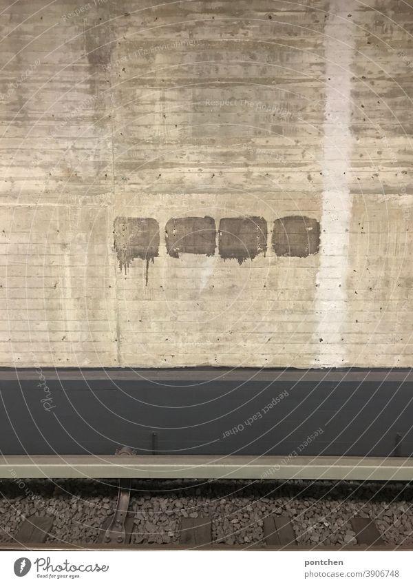 Ein Gleis an einer U-Bahnstation. Graue Tristesse u-bahn bahnhof Verkehr tristesse beton mauer symmetrie Station Mobilität klimawandel