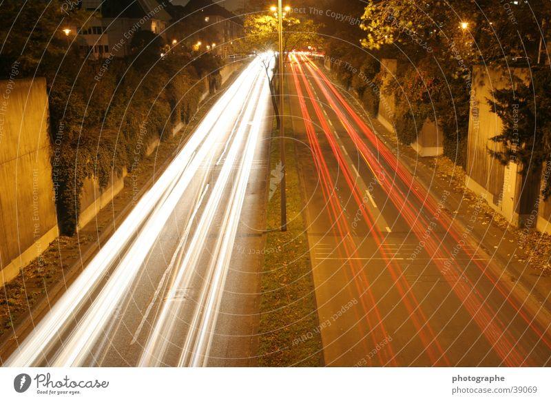 Da und wieder weg Langzeitbelichtung Streifen Nacht Stadt Köln weiß rot Licht PKW Straße