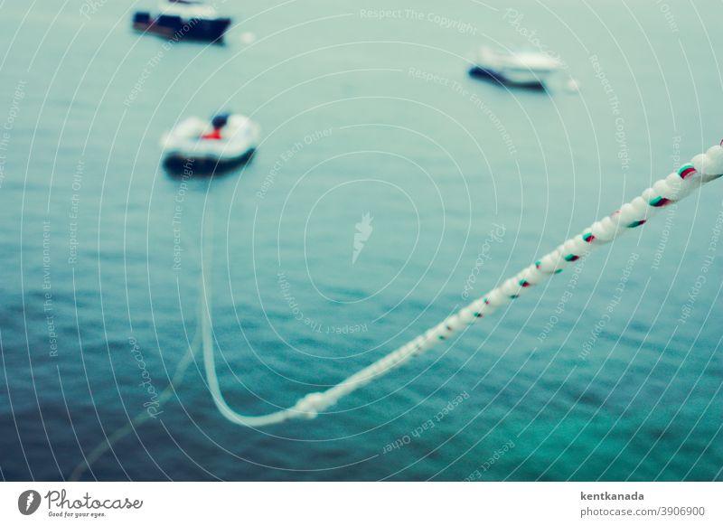 Close Up einer Leine, Boote und Wasser Seil Meer Landschaft blau reisen Küste im Freien Urlaub Bucht schön Sommer Ufer Meereslandschaft malerisch Küstenlinie