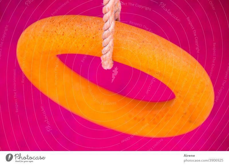mutig Ring Rettungsring grell orange Knallfarben pink neonpink neonorange Kontrast disharmonisch aufgehängt Schnur hängen Seil Kordel Plastikring Schwimmreifen