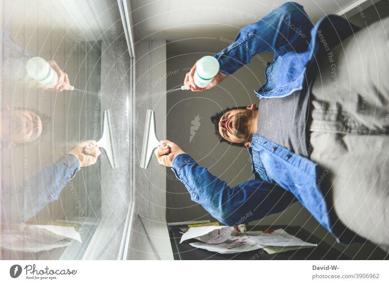 Mann putzt die Fenster - Frühjahrsputz putzen Hausmann wischen sauber machen Reinigen Sauberkeit Häusliches Leben Haushalt fleißig Vorsätze Neujahr dreckig