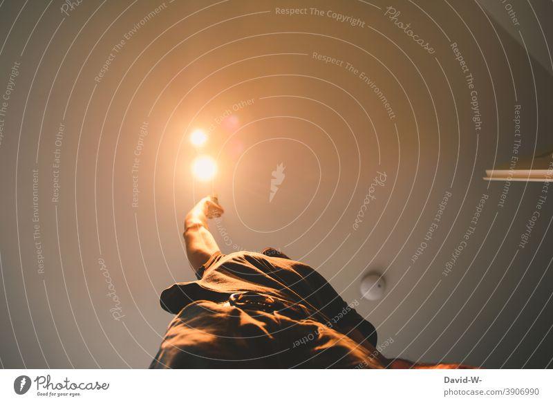 Lampe wechseln zu Hause Wechseln Elektrizität elektrisch deckenlampe selbstständig greifen Licht Beleuchtung