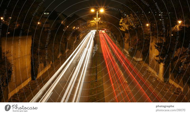 Weiß versus Rot Langzeitbelichtung Streifen Nacht Stadt Köln weiß rot Licht PKW Straße