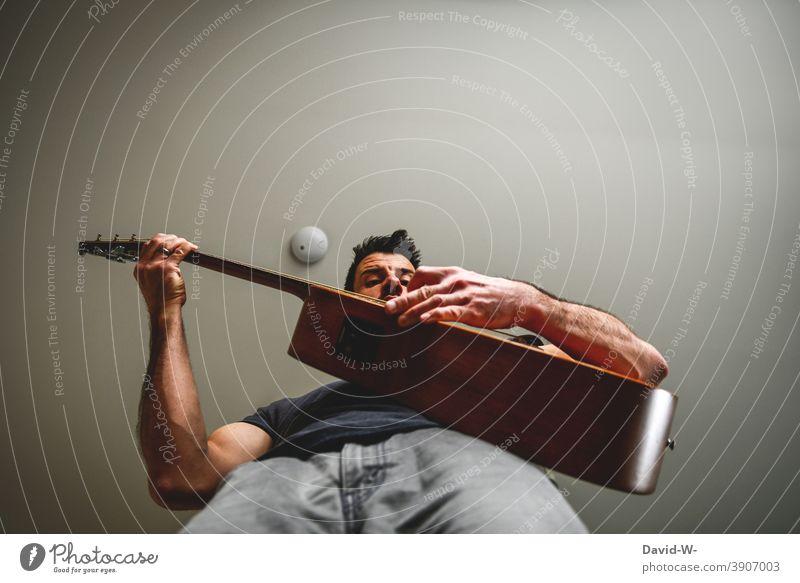 Musiker spielt seine Gitarre spielen Leidenschaft Studium Freizeit & Hobby ehrgeizig beschäftigung Musikinstrument Mann
