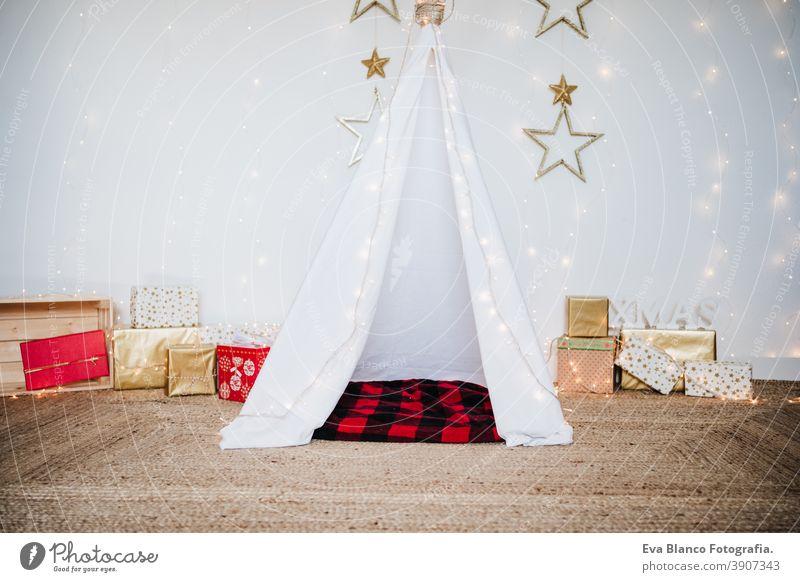 Weihnachtsdekoration zu Hause, Lichter, Teepee und Geschenke. Weihnachtszeit Weihnachten Dekoration & Verzierung Tipi Zelt Plaid Decke Dezember deco dekoriert
