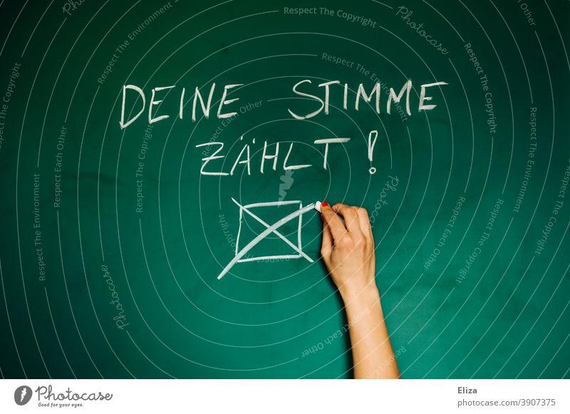 Geh wählen, denn deine Stimme zählt. Frau macht ein Kreuz auf einer Tafel. Wahl Abstimmung Politik Bundestagswahl Wahlkampf Entscheidung Wort Aufruf geschrieben