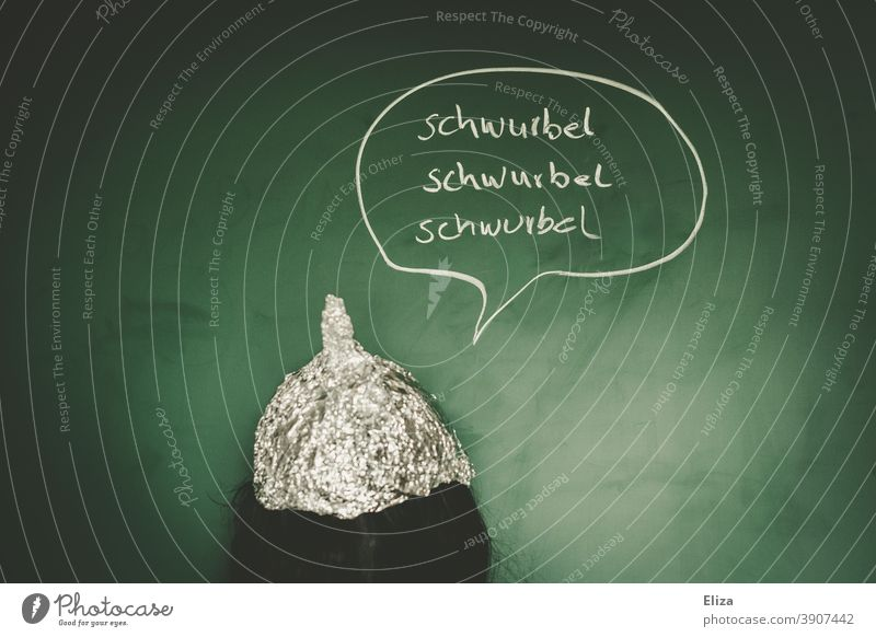 Verwirrte Verschwörungstheoretikerin mit Aluhut beim Schwurbeln verwirrt Covidiotin Verschwörungstheorie Angst Coronavirus Aluminiumhut Schwurblerin grün