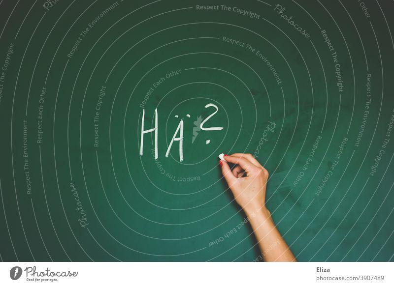 Eine Hand schreibt Hä? mit Kreide auf eine Tafel Unverständnis nicht verstehen Ratlosigkeit Fragen Verwirrung Warum unwissend Kommunikation schwer von Begriff