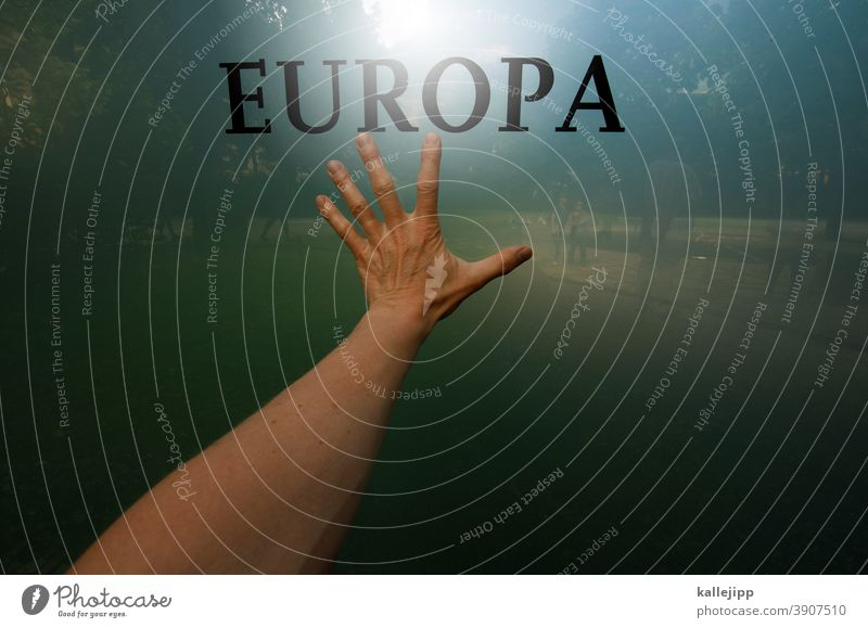 gelobtes land Europa Flüchtlingskrise Flüchtlingshilfe Politik & Staat flüchtling Glas Spiegelung Schriftzug Menschen Hand Finger tasten Farbfoto