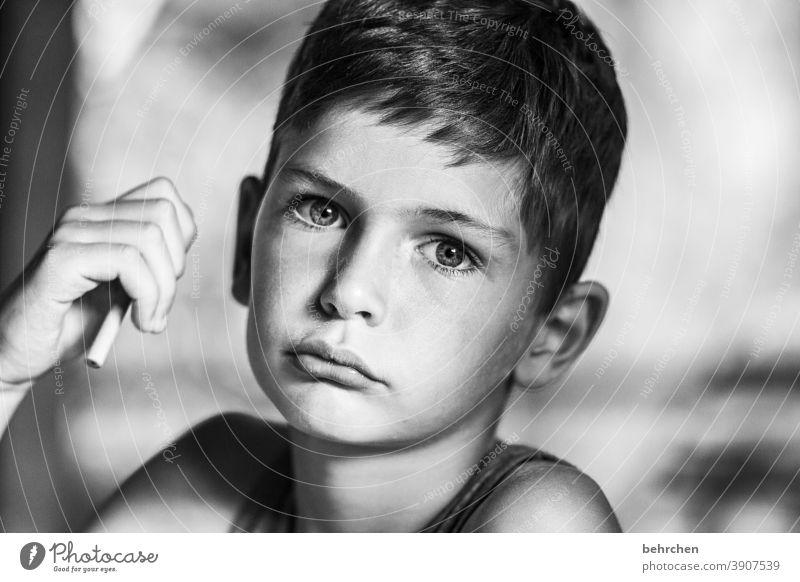 . Porträt Unschärfe Sonnenlicht Kontrast Licht Detailaufnahme Nahaufnahme Innenaufnahme intensiv ernst Spielen Enttäuschung Bleistift Ärger Traurigkeit Wut