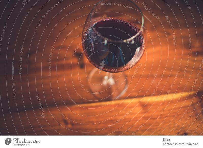 Ein Glas Rotwein auf einem Holztisch Wein Weinglas Rotweinglas Alkohol Tisch Draufsicht Vogelperspektive