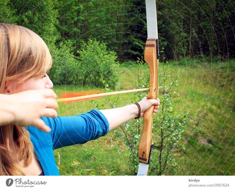 junge Frau schießt bogen in der Natur. Bogenschießen. Freizeitsport pfeil und bogen zielen Bogenschütze Bogenschützin Schuss Freizeit & Hobby Pfeil Waffe